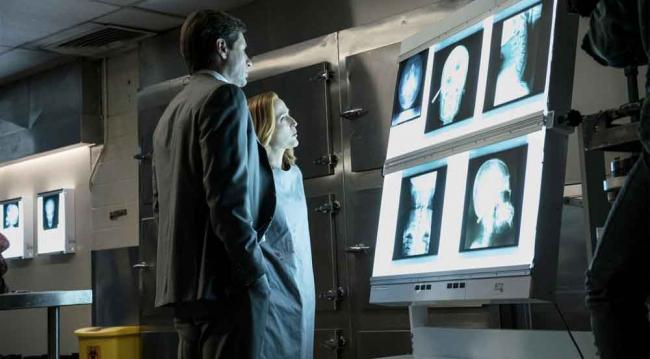 "Scully und Mulder in Akte X 10.02 ""Founder's Mutation"""