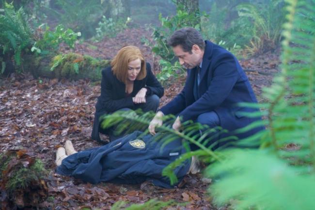 Mulder und Scully neben der Leiche von Emily