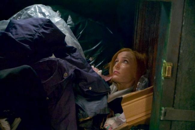 Scully liegt im Müll