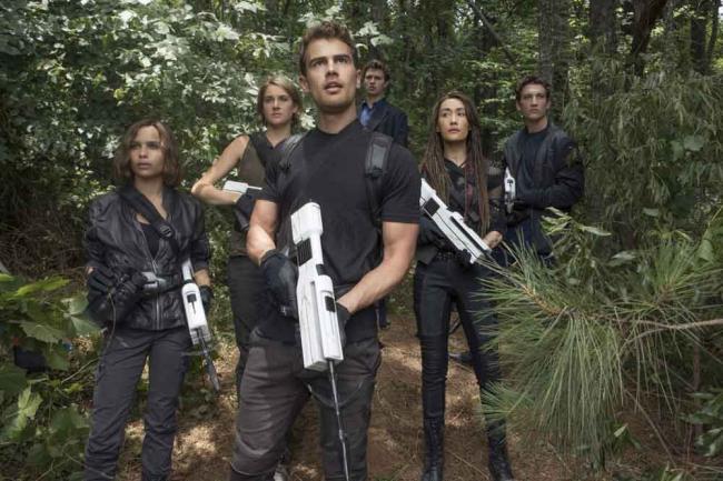 Christina (Zoë Kravitz), Tris (Shailene Woodley), Four (Theo James), Caleb (Ansel Elgort), Tori (Maggie Q) und Peter (Miles Teller)