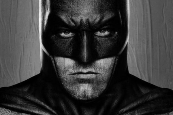 Ben Affleck als Batman in dunklem, metallisch wirkenden Kostüm.