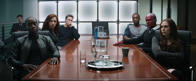 Captain America: Civil War Avengers am Tisch
