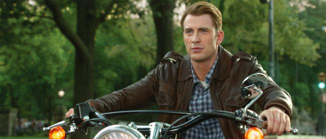 Steve Rogers aka Captain America in Lederjacke auf Motorrad