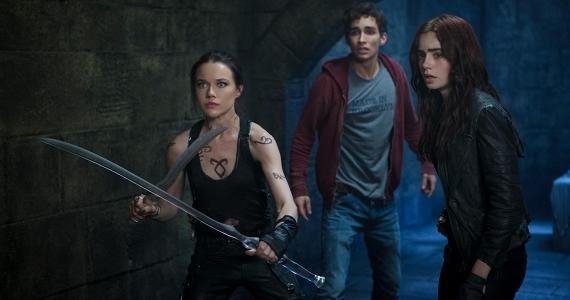 Izzy beschützt mit zwei Seraph-Klingen Simon und Clary