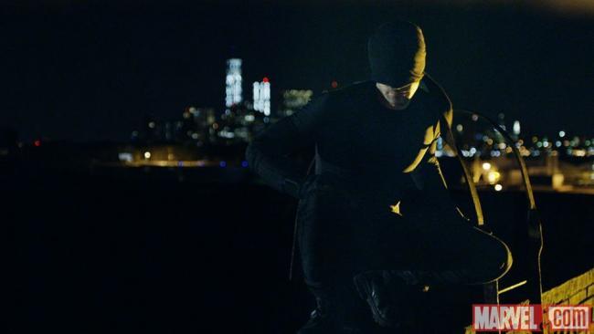 Daredevil in einem schwarzen Ninja-artigen Anzug, dessen Maske die Augen verdeckt