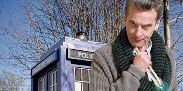 Peter Capaldi vor der TARDIS