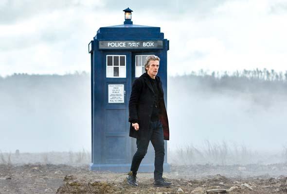 Capaldi vor Tardis in öder Landschaft