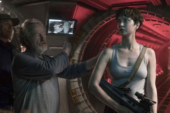 Ridley Scott und Kathrine Waterston bei den Dreharbeiten zu Alien: Covenant