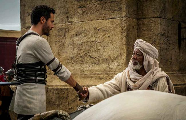 Judah Ben-Hur (Jack Huston) und Ilderim (Morgan Freeman) begrüßen sich