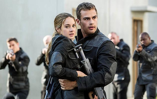 Divergent-Stars in Uniformen und bewaffnet