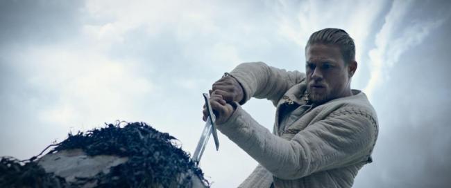 Charlie Hunnam als King Arthur mit Excalibur