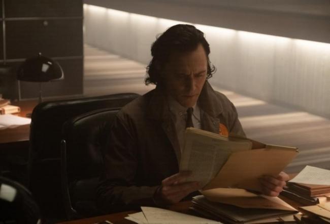 Loki sichtet Akten in der TVA