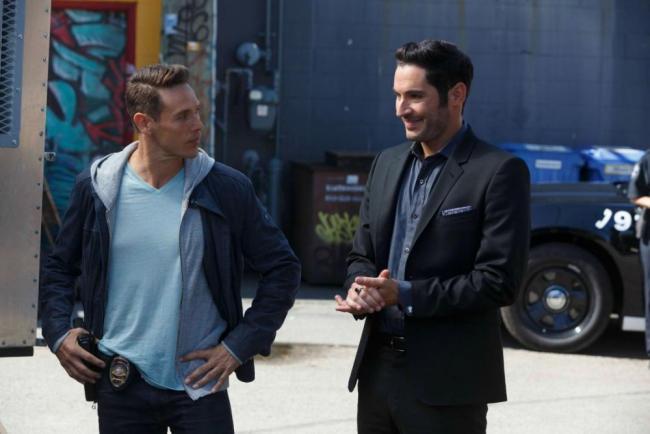 Kevin Alejandro als Dan und Tom Ellis als Lucifer