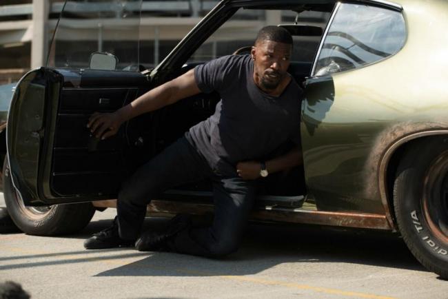Jamie Foxx als Vincent verletzt neben seinem Auto in Sleepless