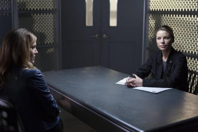 """Charlotte und Chloe in Lucifer """"Stewardess Interruptus"""""""