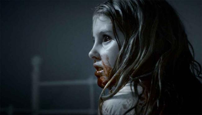 Szenenbild aus What We Become: kleines Mädchen mit schwarzen Augen und blutverschmiertem Mund