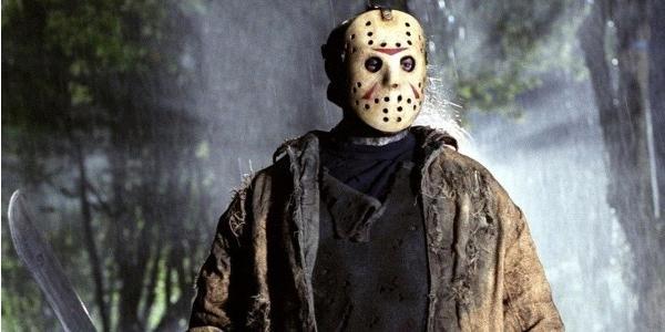 Jason mit Hockeymaske in nächtlichem Wald