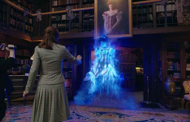 Abby (Melissa McCarthy), Erin (Kristen Wiig) und Geist Gertrude (Bess Rous) in Ghostbusters