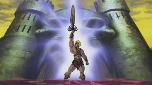 He-Man reckt das Schwert der Macht in die Höhe.