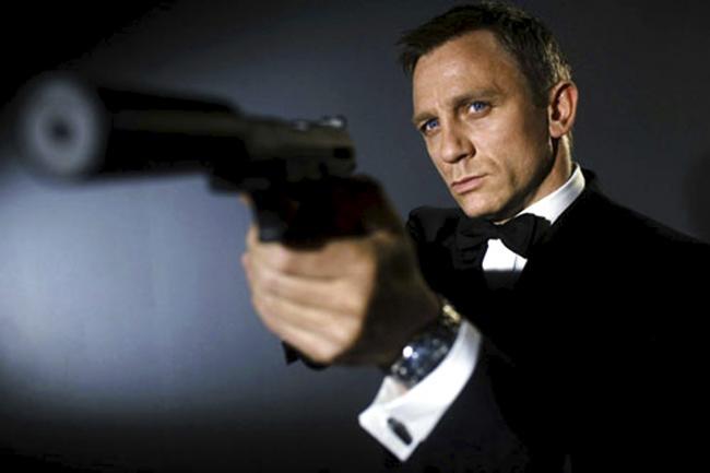 Daniel Craig als James Bond mit Pistole und Schalldämpfer