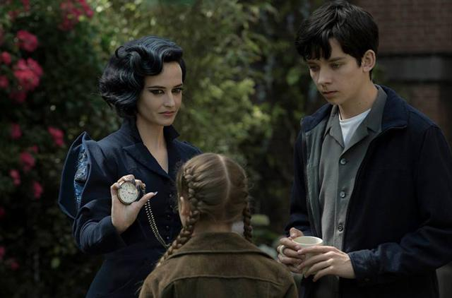 Miss Peregrine's Home For Peculiar Children - dunkel gekleidete Jugendliche zeigt Mädchen mit blonden Zöpfen eine Taschenuhr