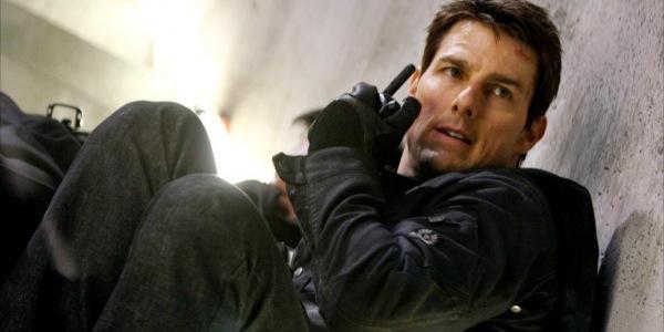 Tom Cruise an Wand sitzend