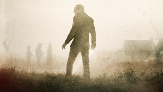 Nicolas Cagee mit dem Rücken zum Betrachter in nebliger Landschaft