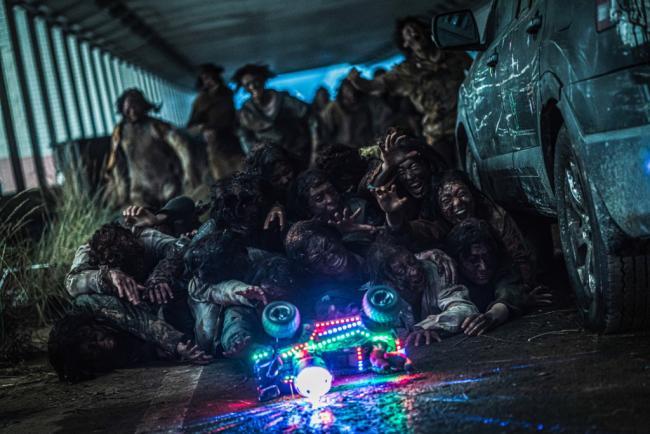 Die Zombies reagieren auf das ferngesteuerte blinkende Spielzeugauto