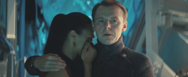 Simon Pegg mit Zoe Saldana in Star Trek Into Darkness