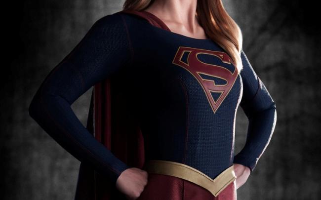 Das erste Promobild zeigt Supergirl im neuen Kostüm