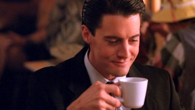 Kyle MacLachlan als Agent Cooper mit Kaffeetasse in der Hand