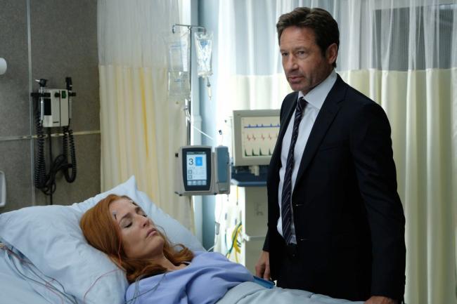 Mulder am Krankenhausbett von Scully in My Struggle III