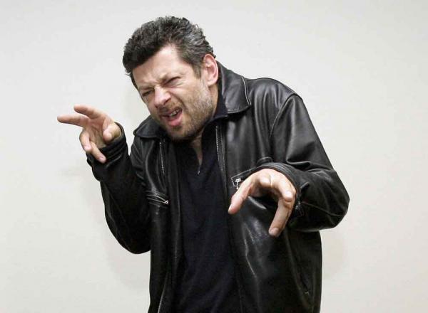 Andy Serkis: Du spielst den Punkrocker Ian Dury in Sex & Drugs & Rock & Roll. Hast du einen besonderen Tanzstil?