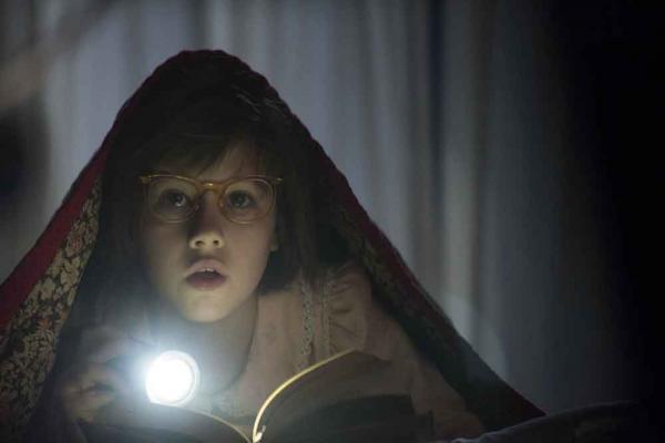Statt nachts zu schlafen, liest Sophie (Ruby Barnhill) heimlich unter der Bettdecke.