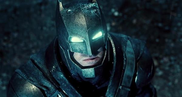 Ben Affleck als Batman in dunklem, metallisch wirkenden Kostüm und leuchtenden Augenschlitzen