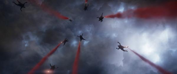 Fallschirmspringer im Anflug auf Godzilla