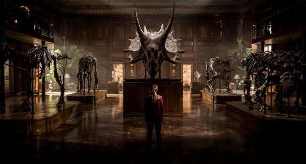 Szenenbild aus Jurassic World 2 - Ein kleines Mädchen alleine im Museum vor Dinosaurierskeletten.