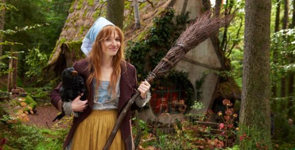 Karoline Herfurth mit Rabe Abraxas in der Verfilmung von Die kleine Hexe