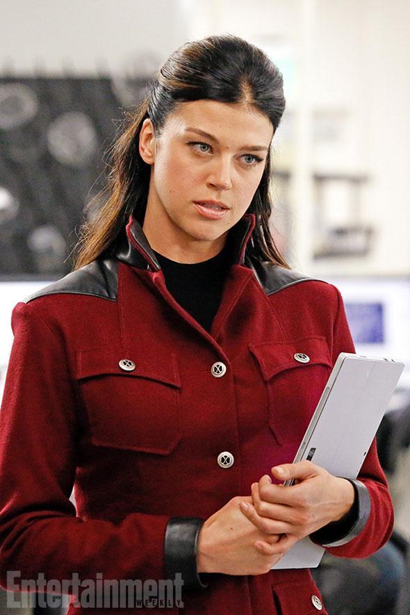 Adrienne Palicki in roter Uniform