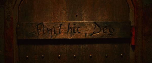Türaufschrift Finit Hic Deo in The Nun