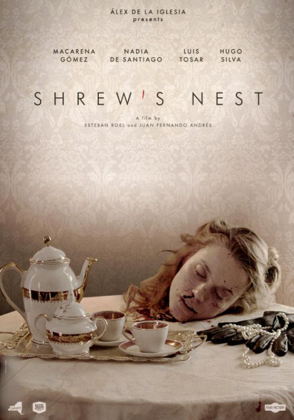 Tisch mit vornehmer Kaffeekanne, Tassen, daneben ein paar Handschuhe, Juwelen - und ein abgeschlagener Frauenkopf
