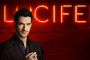Tom Ellis als Lucifer Morningstar vor Neon-Leucht-Logo der Serie Lucifer