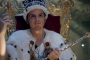 Moriarty auf dem Thron mit Krone aus BBC Sherlock