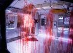 Blutverschmierte Scheibe eines Labors in Alien: Covenant